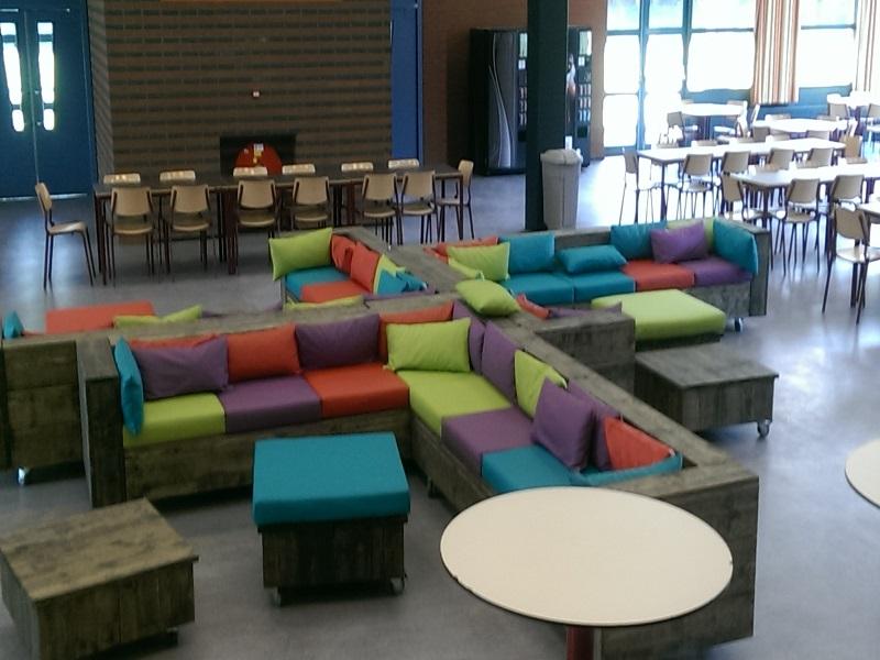 Loungekussens voor in een aula op scholengemeenschap